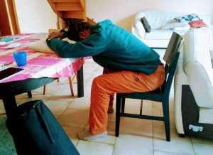 Balasana posture de l'enfant #1 le front posé sur un coussin